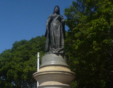 (pic - Story) Hyde Park - Queen Vic Statue