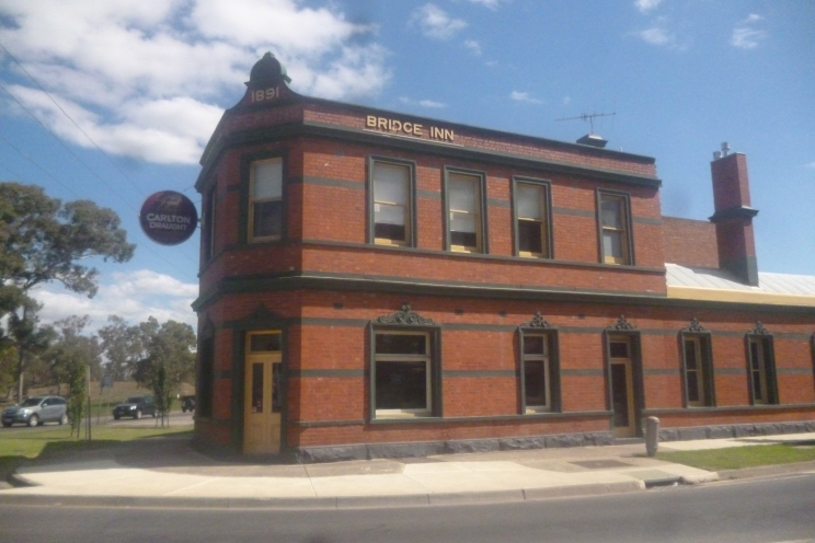 (pic - Story) Whittlesea - Bridge Hotel